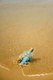 a cédula do euro 20 em uma garrafa encontrou na costa da praia Imagens de Stock