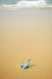 a cédula do euro 20 em uma garrafa encontrou na costa da praia Fotos de Stock