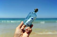 a cédula do euro 20 em uma garrafa encontrou na praia Fotografia de Stock