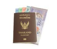 A cédula do ringgit de Malásia mantém-se no passaporte de Tailândia Fotografia de Stock