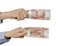 Cédula do russo 5000 rublos na mão dos homens no fundo branco Fotos de Stock Royalty Free