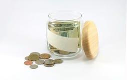 Cédula e moedas no frasco de vidro com espaço da cópia no frasco Imagem de Stock Royalty Free