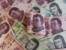 cédula mexicana de 500 pesos dobrada acima e fundo com cédulas mexicanas Fotos de Stock