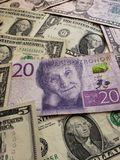 cédula sueco de 20 kronor e notas de dólar, fundo e textura americanos foto de stock royalty free