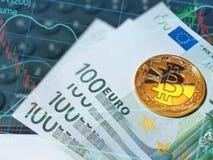 Cédulas brilhantes douradas do bitcoin e do euro no teclado de computador fotografia de stock