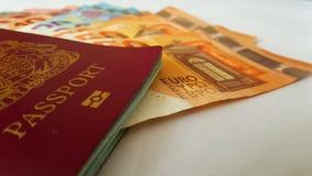 Cédulas britânicas do passaporte e do Euro fotografia de stock royalty free