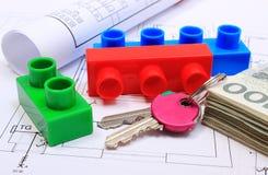 Cédulas, chaves, blocos de apartamentos e diagramas bondes no desenho da casa Foto de Stock Royalty Free
