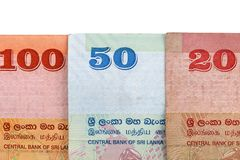Cédulas cingalesas de 100,20,50 rupias isoladas no fundo branco com trajeto de grampeamento Fotos de Stock