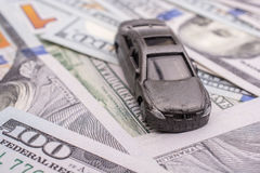 Cédulas colocadas do dólar americano de carro modelo Fotos de Stock