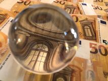 Cédulas da bola de cristal e do euro imagem de stock