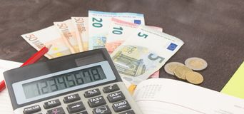 Cédulas da contabilidade e da gestão empresarial, calculadora e cédulas do Euro no fundo de madeira Imposto, débito e cálculo de  Fotografia de Stock