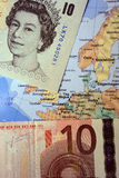 Cédulas da libra esterlina britânica e do Euro no mapa europeu Fotografia de Stock