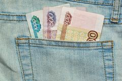 Cédulas da moeda do russo no bolso das calças de brim Imagens de Stock