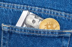 Cédulas de cem dólares americanos e da WTI dourada de Bitcoin Foto de Stock