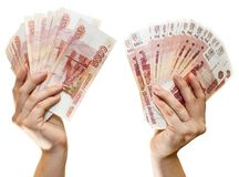 Cédulas de papel do russo 5000 rublos em duas mãos no fundo branco Imagem de Stock Royalty Free