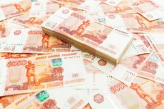 Cédulas de papel do russo 5000 rublos de fundo Pena, eyeglasses e gráficos Imagem de Stock