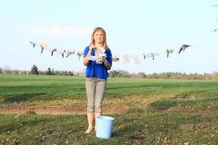 Cédulas de secagem da menina Foto de Stock Royalty Free