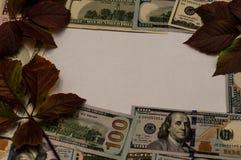 Cédulas de USD na tampa do papel do vintage no fundo branco, espaço livre Renda, salário, conceito da vitória imagens de stock royalty free