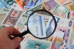 cédulas diferentes do dinheiro com para ampliar o vidro imagem de stock royalty free