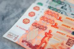 Cédulas dispersadas da moeda do rublo de russo, opinião do close up imagens de stock
