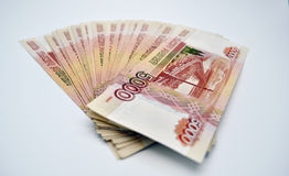 5000 cédulas do banco de Rússia nas cédulas brancas da espinha 100 dos rublos de russo do fundo de cinco mil rublos Foto de Stock Royalty Free