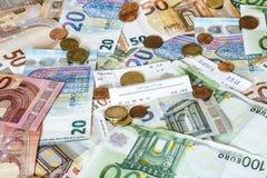 Cédulas do conceito do dinheiro do dinheiro das economias euro- todas as moedas dos tamanhos e do centavo em economias do total d Fotos de Stock Royalty Free