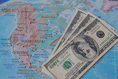 Cédulas do dólar americano no mapa do globo do mundo fotos de stock