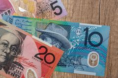 Cédulas do dólar australiano na mesa imagens de stock royalty free