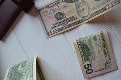Cédulas do dinheiro do dólar no fundo de madeira branco Moeda americana Fundo do dinheiro Dólar de Estados Unidos Imagem de Stock