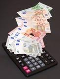 Cédulas do dinheiro europeu e de máquina calculadora no fundo preto Fotografia de Stock