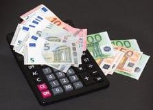 Cédulas do dinheiro europeu e de máquina calculadora no fundo preto Imagens de Stock