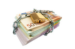 Cédulas do Euro com corrente e cadeado imagem de stock
