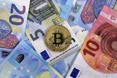 Cédulas do Euro da UE da moeda de Bitcoin Foto de Stock