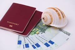 Cédulas do EURO do dinheiro e dois passaportes e uma concha do mar em um fundo branco Dinheiro do conceito para o curso foto de stock