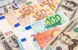 Cédulas do Euro e dólares americanos Foto de Stock