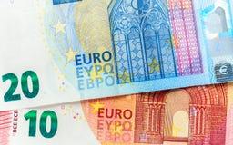 Cédulas do Euro em detalhe na tabela contas de denominações diferentes foto de stock