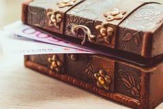 Cédulas do Euro em um caixão Fotografia de Stock Royalty Free