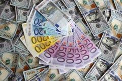 Cédulas do Euro em um fundo de cem dólares de cédulas Fotos de Stock Royalty Free