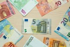 Cédulas do Euro na tabela imagens de stock
