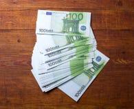 100 cédulas do Euro no fundo de madeira Fotografia de Stock Royalty Free