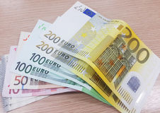 Cédulas do Euro no fundo de madeira Foto de Stock Royalty Free