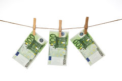 100 cédulas do Euro que penduram na corda no fundo branco Imagem de Stock Royalty Free