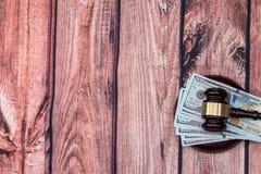 Cédulas do martelo e do dólar Pena, eyeglasses e gráficos Fotografia de Stock Royalty Free