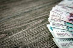Cédulas do rublo de russo, dinheiro no fundo de madeira escuro Fotos de Stock