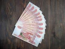 Cédulas do rublo de russo no fundo de madeira Imagens de Stock Royalty Free