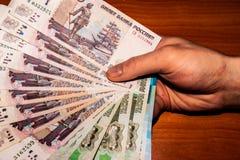 Cédulas do russo como um fã nas mãos imagem de stock royalty free