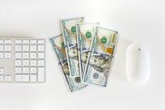Cédulas dos dólares americanos com teclado de computador Fotos de Stock