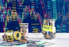 100 cédulas dos dólares americanos e moedas do dinheiro com dinheiro no aga do frasco Imagem de Stock Royalty Free