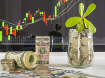 100 cédulas dos dólares americanos e moedas do dinheiro com dinheiro no aga do frasco Imagem de Stock