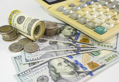 100 cédulas dos dólares americanos e moedas do dinheiro com o computador keyboar Fotografia de Stock Royalty Free